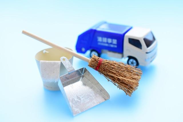 ミニチュアのゴミ収集車とほうきとちりとり